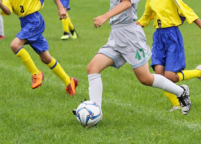 サッカーをしている子供立ち